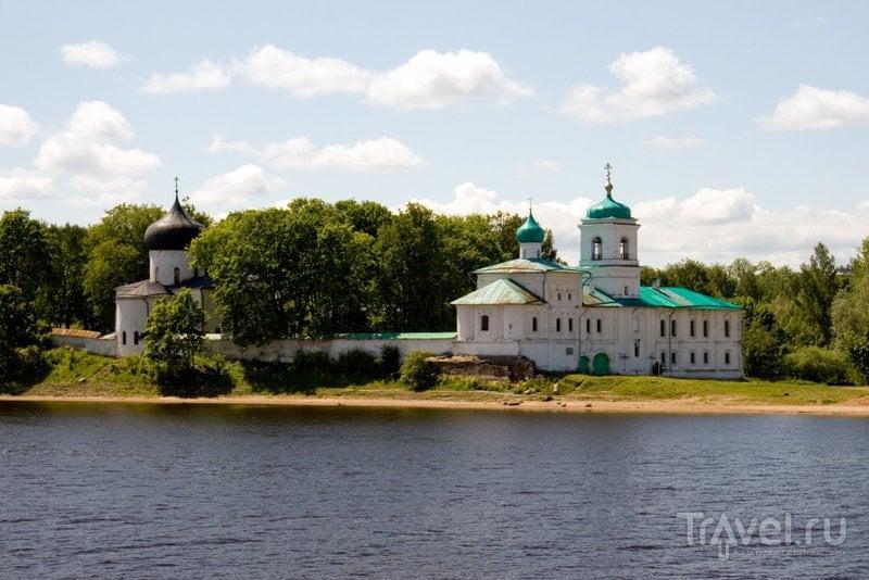 Монастырь стоит на мысу, между реками Мирожа и Великая