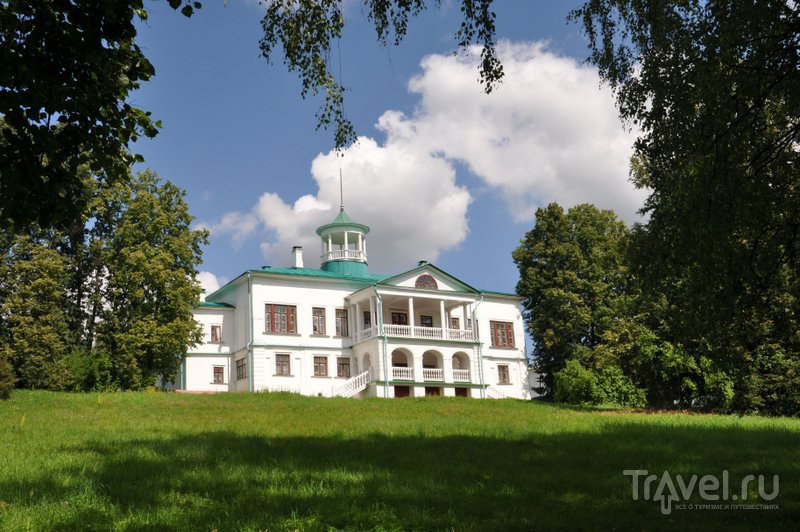 Дом Некрасова окружен живописным старым парком