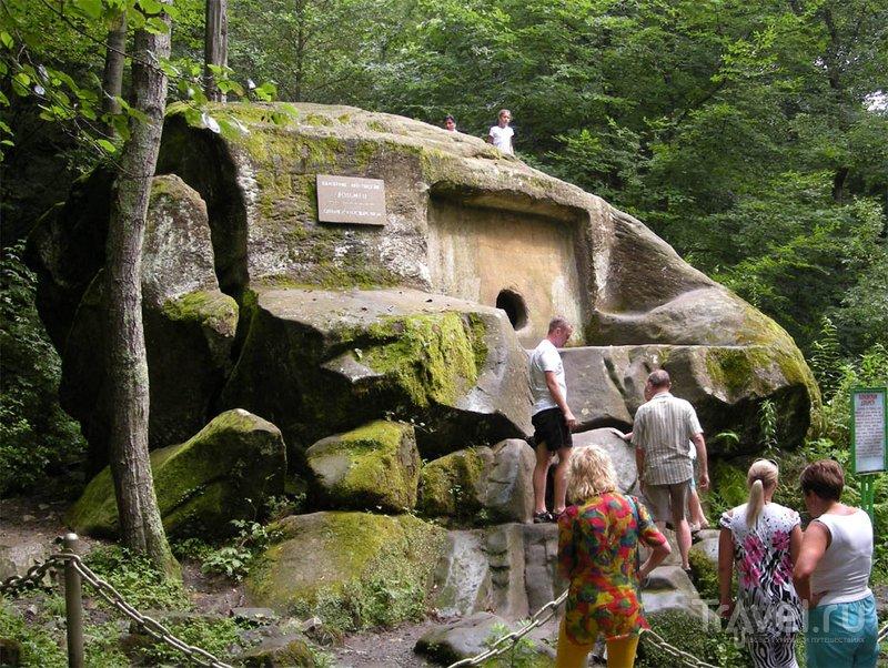 Уникальность дольмена - в его цельности, он выдолблен в скале, а не сложен из плит