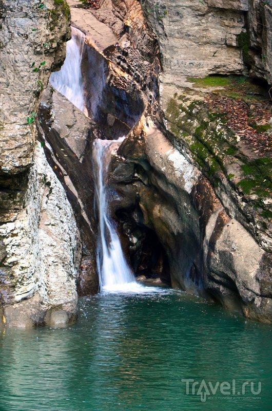 Высота самого крупного из водопадов на реке Агура - 23 метра