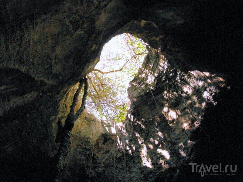 Сквозь дыры в сводах пещеры можно любоваться чистым кубинским небом