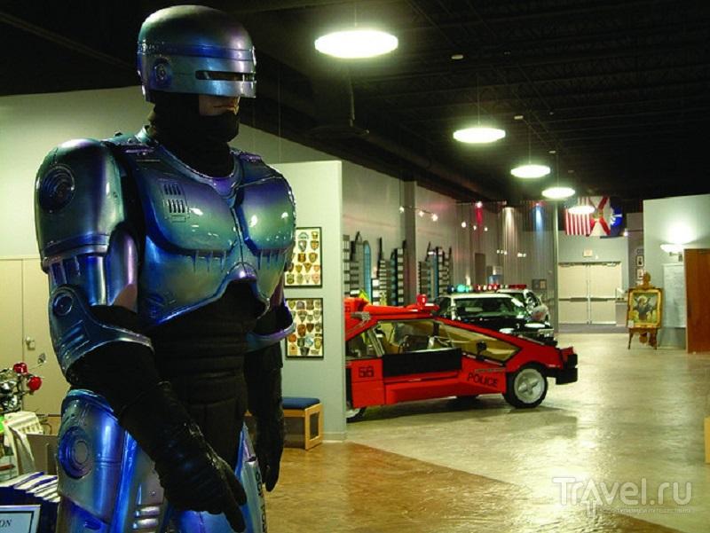 В музее много экспонатов, связанных с фильмами о полицейских