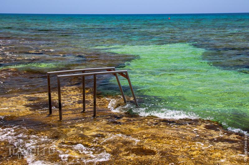 Прибрежная прогулка вдоль кипрского городка / Кипр
