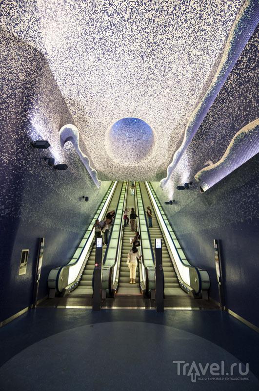 Эскалатор в неапольском метро на станции Toledo / Италия