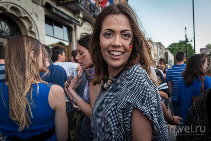 Футбол в лондонском пабе / Великобритания