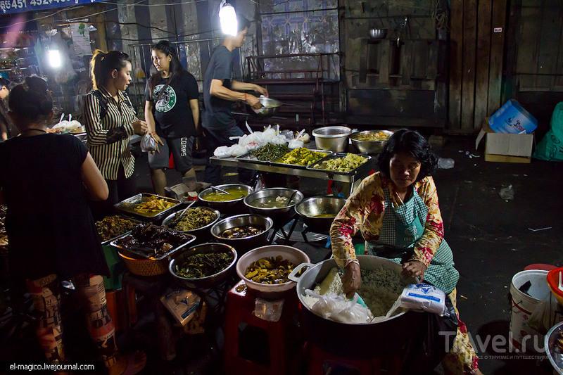 Уличная жизнь Пномпеня и где после заката кушают столичные жители / Камбоджа