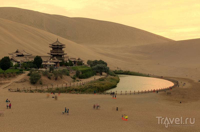 Озеро Юэяцюань в красивом свете / Китай