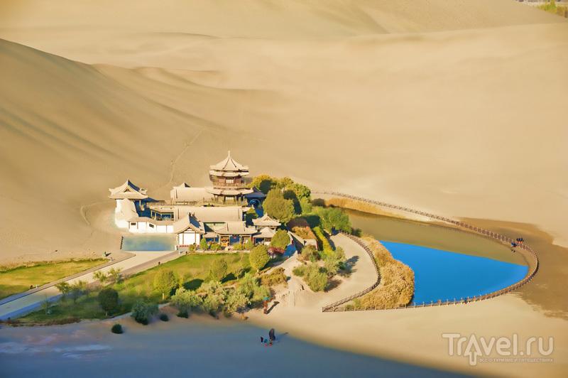 Озеро-полумесяц в пустыне Гоби / Китай
