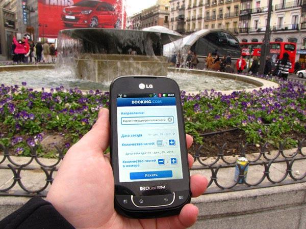 Бронирую отель на Тенерифе, стоя посреди площади в Мадриде