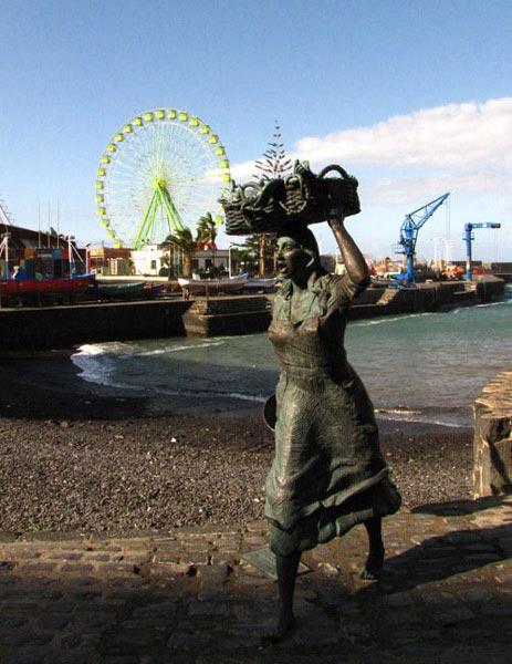 Памятник торговке рыбой на набережной в Пуэрто-де-ла-Крус