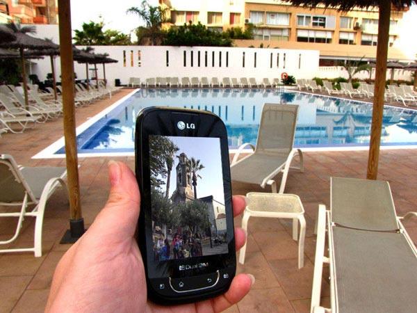 Просматриваю фотографии у бассейна в отеле