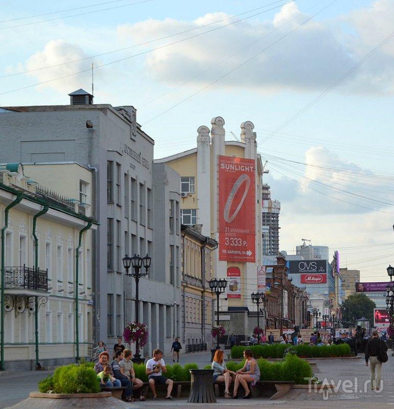 Скамейки и клумбы на улице Вайнера