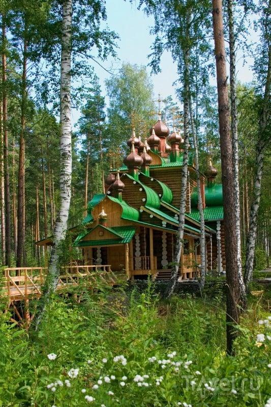 Все храмы сделаны из дерева и имеют весьма скромное внутренне убранство
