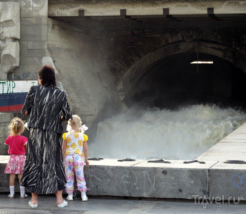 Плотина сделана из бетона и гранита, в советское время укреплена железобетонными плитами.