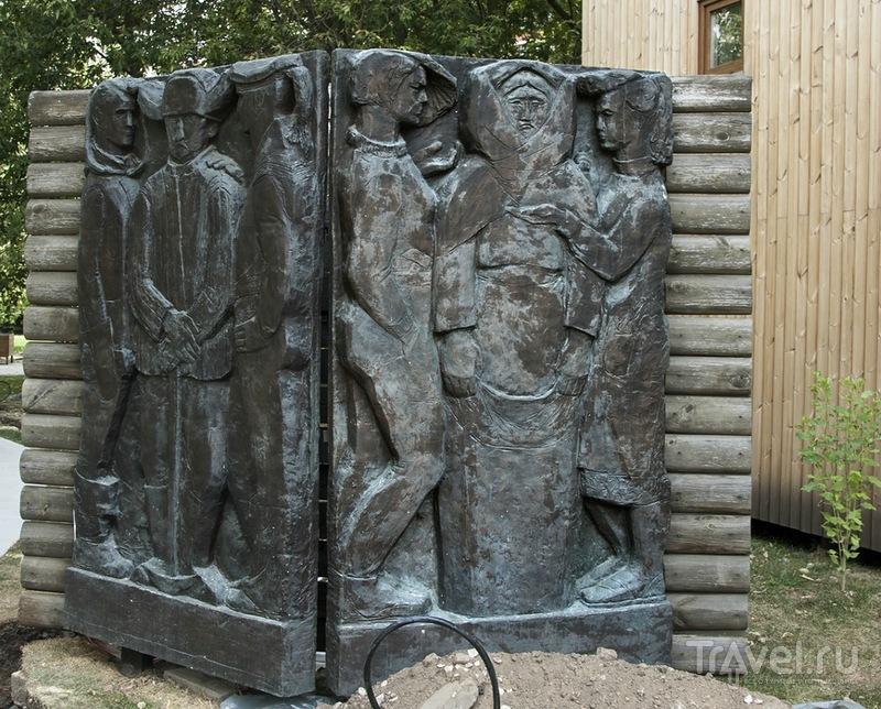 Птичница Маня с курями и корытом на... / Россия