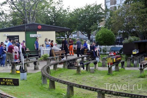 Миниатюрная железная дорога в Ridgeway Park в Лондоне / Великобритания
