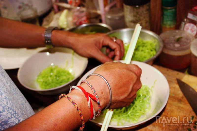 Готовить тайский суп в художественной студии под звуки скрипки / Таиланд