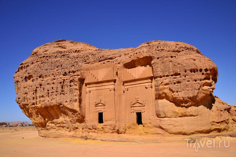 Скала с залами в Мадаин-Салех / Саудовская Аравия