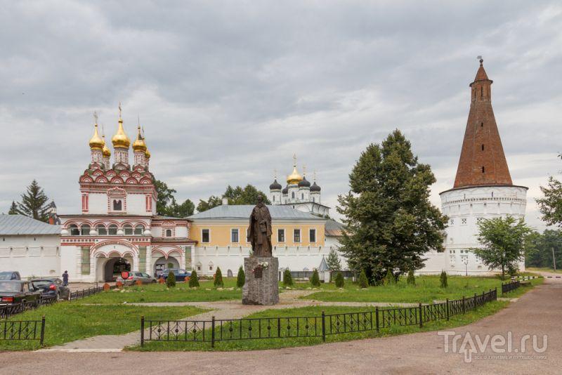 Перед входом в Иосифо-Волоцкий монастырь