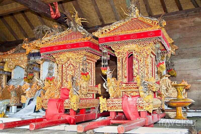 Экспонаты в храмовом комплексе / Индонезия
