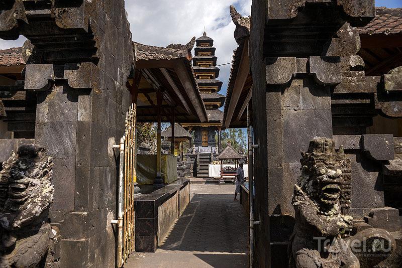 Каменные улицы в Пура-Бесаких / Индонезия