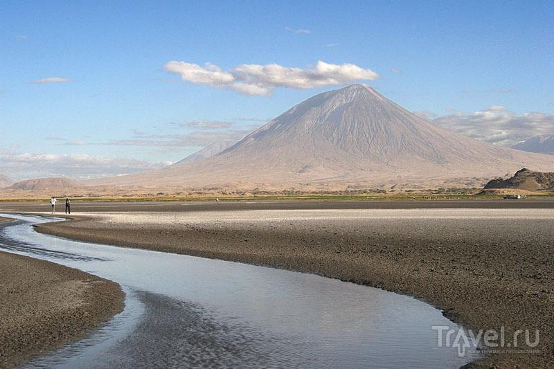 Озеро Натрон и вулкан по соседству / Танзания