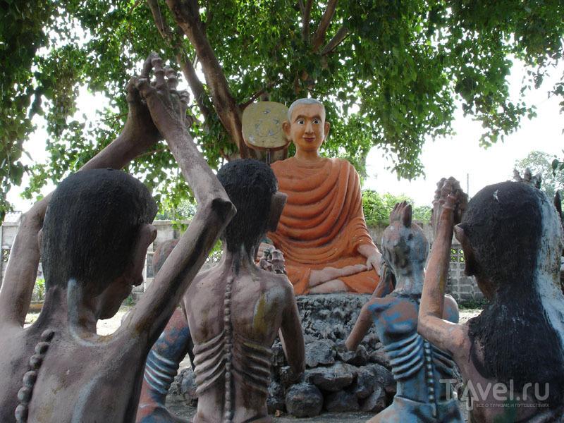 Праведники медитируют вместе с Буддой / Таиланд