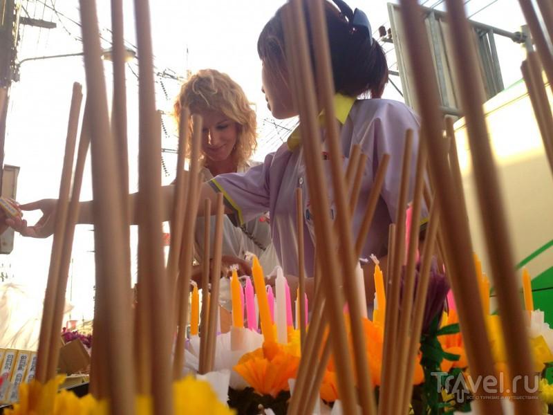 Лой Кратонг. Лодочка из цветов и стебля банана / Таиланд
