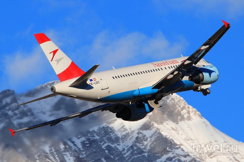 Самолет авиакомпании Austrian Airlines вылетает из аэропорта Иннсбрука
