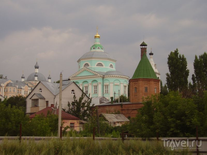 Вид со стороны реки на Алексеево-Акатов монастырь