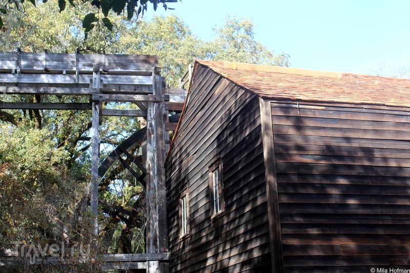 Осень и водяная мельница в Napa / США