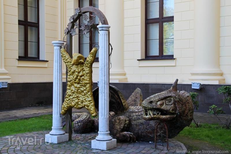 Инсталляции рядом с Художественным музеем в Сочи / Россия