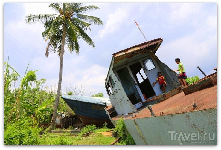 Для чего нужна лодка на крыше или 10 лет после цунами / Индонезия