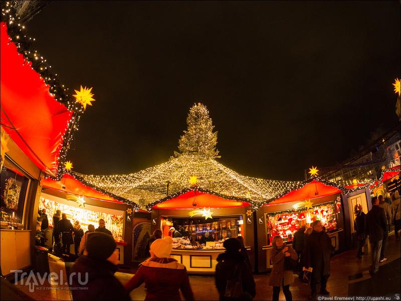 Рождественская ярмарка у подножья собора / Германия