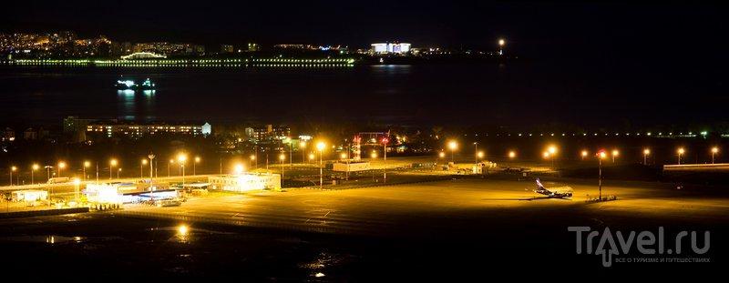 Вид на ночной аэропорт и Толстый мыс