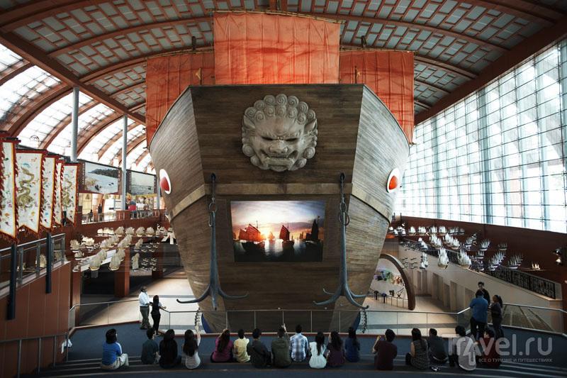 Копия огромного корабля в морском музее