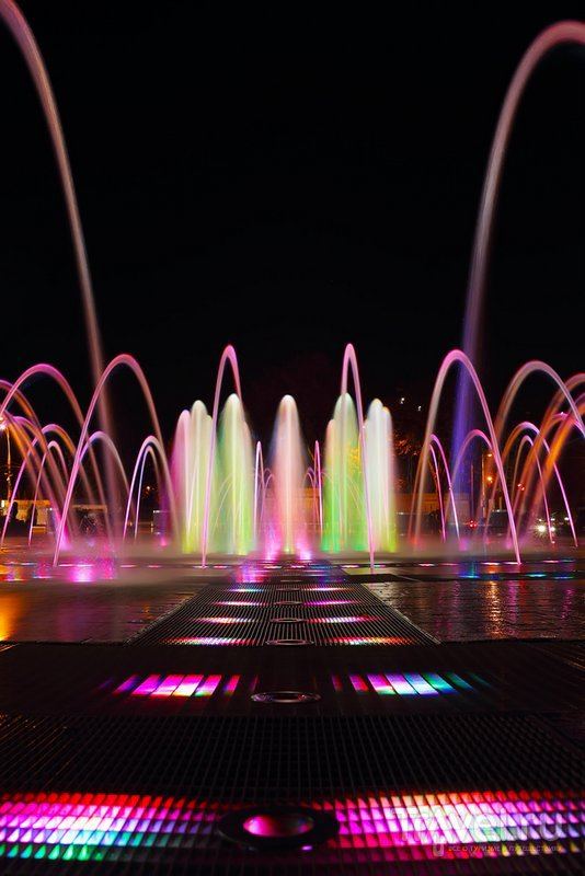 Светомузыклаьный фонтан ночью
