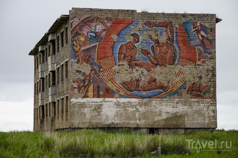 Яркая мозаика на доме-призраке / Фото из России