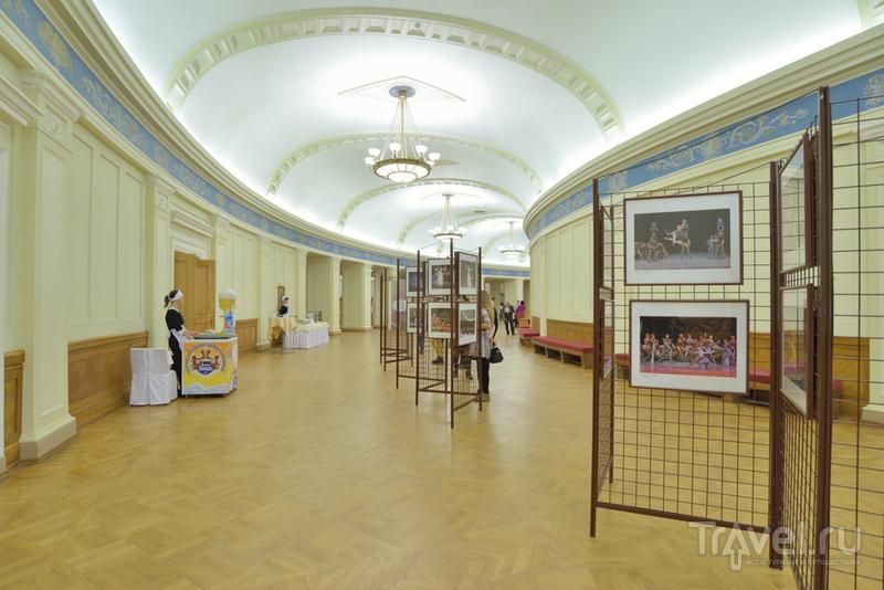 В фойе театра регулярно проходят выставки