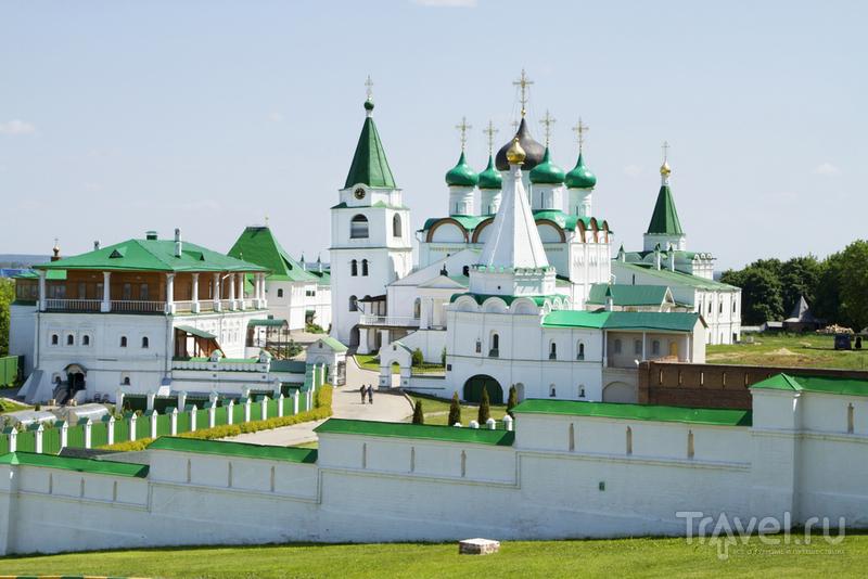 Вид на монастырь: видны Архиерейские палаты, падающая колокольня и Вознесенский собор