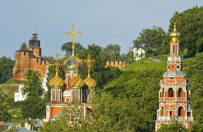 Купола храма на фоне кремля