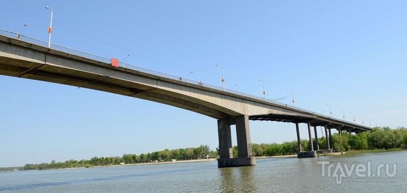 По Ворошиловскому мосту можно перейти на пляж Левбердона