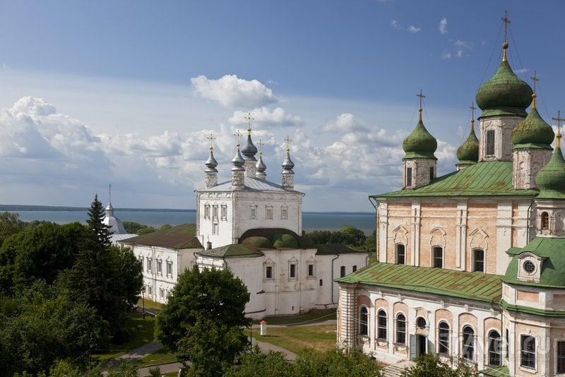 Вид на монастырские церкви и Плещеево озеро в Переславле-Залесском