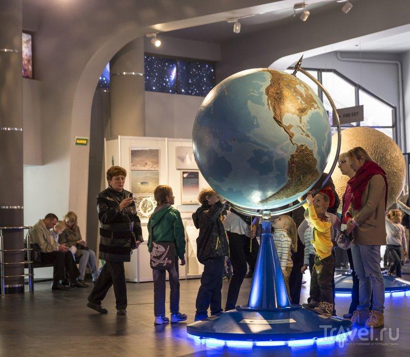 Практически все экспонаты в музеях планетария можно трогать руками