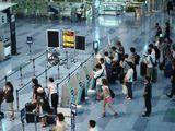 Вылетающие пассажиры в аэропорту в Токио