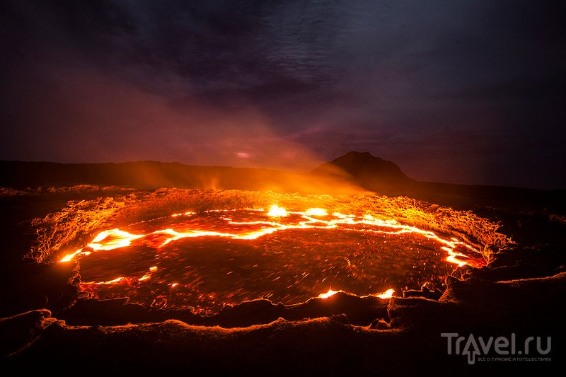 На краю кратера действующего вулкана Эрта Але / Фото из Эфиопии