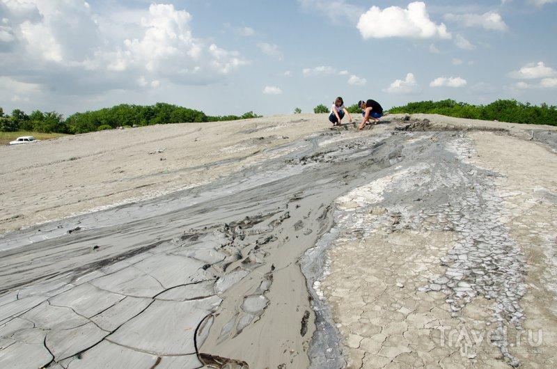 Целебная голубая грязь стекает по склону из кратера вниз