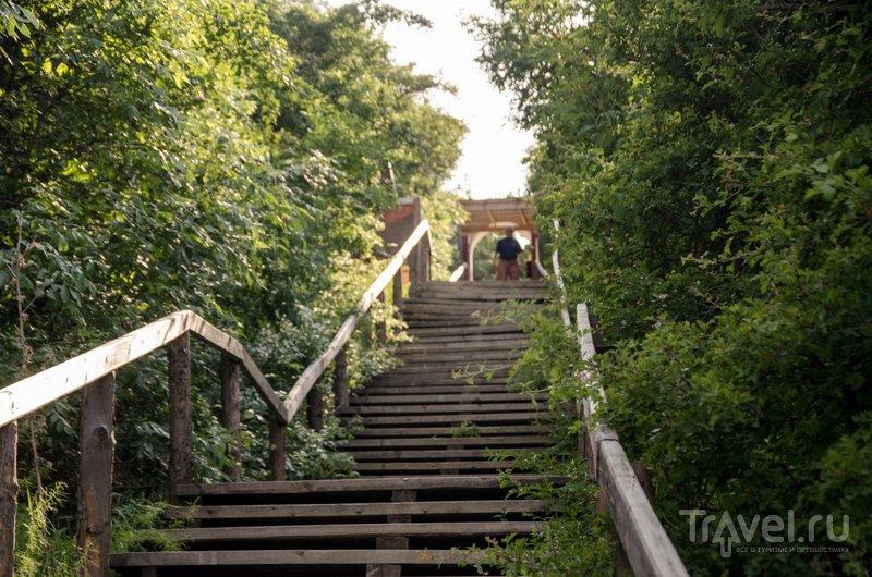 Лестница, ведущая к Шуго. На площадке в середине работает кафе