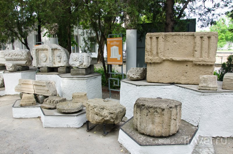 В Горгиппии были дорический, коринфские и ионийский храмы, остались только фрагменты