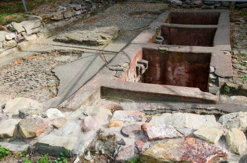 Античная винодельня: виноград давили ногами, по желобу сок стекал в цистерну, где и бродил